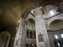 Colonne e arché di pietra in Milan Basilica anziano Immagine Stock