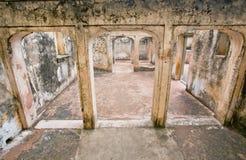 Colonne e arché di pietra in un vecchio palazzo Immagine Stock