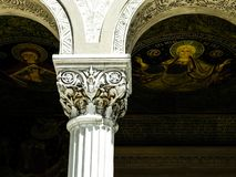 Colonne e pitture religiose in St Peter ed in Saint Paul la cattedrale degli apostoli, Costanza, Romania fotografia stock libera da diritti