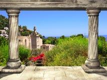 Colonne e vista superiore su paesaggio dell'isola di Capri, Italia Fotografia Stock
