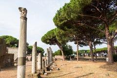 Colonne ed altre rovine in Ostia Immagine Stock