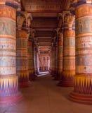Colonne egiziane del tempio riempite di geroglifici immagini stock
