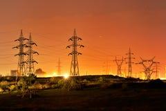 Colonne elettriche ad alta tensione Fotografie Stock Libere da Diritti
