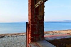 Colonne faisante le coin de brique d'un vieux bâtiment abandonné sur la plage photos stock