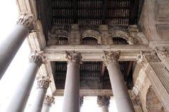 Colonne massicce e progettazione complessa nel panteon Fotografie Stock