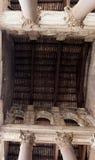Colonne massicce e progettazione complessa nel panteon Immagini Stock