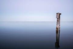 Colonne per un ancoraggio nel Mar Baltico Fotografia Stock Libera da Diritti