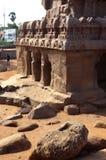 Colonne principali del corridoio con i ruines in rathas del mahabalipuram- cinque Fotografia Stock