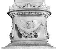 Colonne richement décorée avec les éléments floraux et animaux sur un fond blanc Photo libre de droits