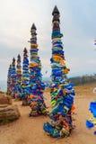 Colonne rituali di legno con i nastri variopinti Hadak su capo Burkhan Lago Baikal Isola di Olkhon La Russia Fotografie Stock