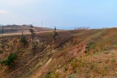 Colonne rituali di legno con i nastri variopinti Hadak su capo Burkhan Lago Baikal Isola di Olkhon La Russia Fotografie Stock Libere da Diritti