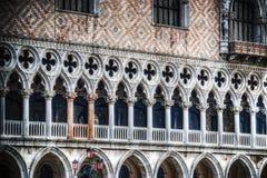 Colonne rosa nel palazzo ducale di Venezia Fotografia Stock Libera da Diritti