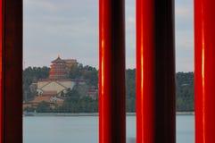 Colonne rosse nel palazzo di estate Fotografia Stock Libera da Diritti