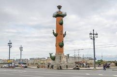 Colonne Rostral sur la broche de l'île de Vasilievsky Photographie stock