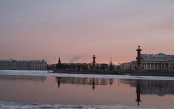 Colonne rostrali su una sera di inverno fotografia stock libera da diritti