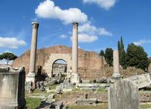 Colonne in rovine di Roman Forum a Roma Immagine Stock