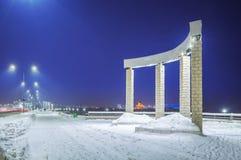 Colonne semicircolari sull'argine di Volga fotografie stock