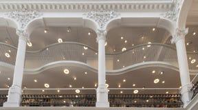 Colonne in un vecchio ristabilito costruendo ora una biblioteca Immagine Stock