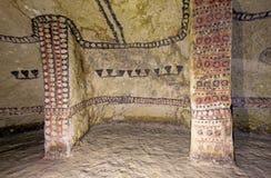 Colonne in una tomba antica, Tierradentro, Colombia fotografia stock