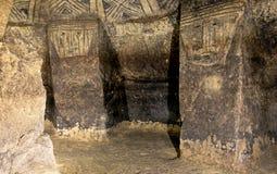 Colonne in una tomba antica, Tierradentro, Colombia fotografie stock libere da diritti