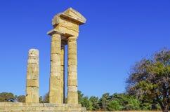 Colonnes antiques dans l'Acropole antique de la ville de Lindos photos libres de droits