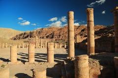 Colonnes antiques de grand temple ou de temple des lions Winged dans l'animal familier photos libres de droits