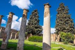 Colonnes antiques sur le jardin sur la villa à Pompeii, ville détruite images stock