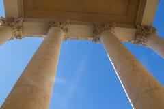 Colonnes avec le ciel bleu derrière Photo libre de droits