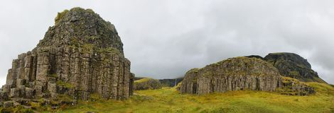 Colonnes basaltiques érodées par mer de Dverghamrar Image stock