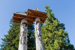 Colonnes commémoratives sur le lac Synevir en montagnes carpathiennes Photo libre de droits