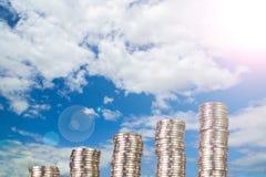 Colonnes croissantes des pièces de monnaie, piles des pièces de monnaie disposées comme graphique Photographie stock libre de droits