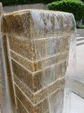 Colonnes débordantes de bloc de l'eau images libres de droits