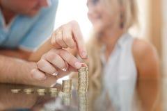 Colonnes d'argent de bâtiment de couples ensemble dans le coucher du soleil Photographie stock