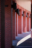 Colonnes de brique rouge courbant autour de la voie Photographie stock libre de droits