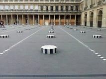 Colonnes de Buren в Palais Royal в Париже, Франции Стоковые Фото