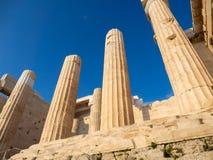 Colonnes de l'entrée de porte de Propylaea de l'Acropole, Athènes, Grèce contre le ciel bleu photographie stock