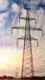 Colonnes de la ligne électro, contre le ciel Photos libres de droits