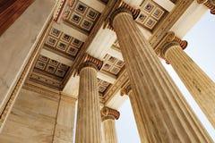 Colonnes de marbre d'académie d'Athènes, Grèce images stock