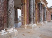 Colonnes de marbre dans Trianon au palais de Versailles Photographie stock libre de droits