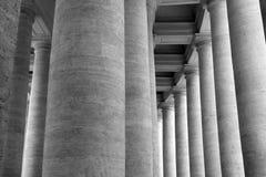 Colonnes de marbre verticales historiques en tant que fond noir et blanc photos libres de droits