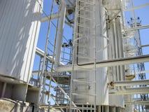 Colonnes de rectification du raffinerie de pétrole Équipement de raffinerie Colonnes technologiques de raffinerie de pétrole photographie stock