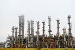Colonnes de rectification, unité de séparation de gaz au raffinerie de pétrole photos libres de droits