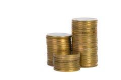Colonnes des pièces d'or, piles des pièces de monnaie d'isolement sur le backgrou blanc Image stock