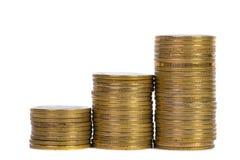Colonnes des pièces d'or, piles des pièces de monnaie d'isolement sur le backgrou blanc Image libre de droits