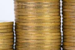 Colonnes des pièces d'or, piles des pièces de monnaie d'isolement sur le backgrou blanc Photographie stock libre de droits