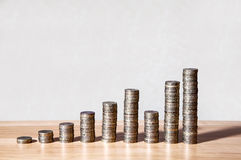 Colonnes des pièces de monnaie sur la table Images stock