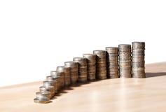 Colonnes des pièces de monnaie sur la table Photo stock