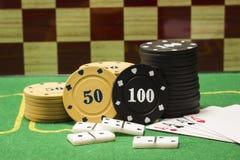 Colonnes des puces pour des dominos de tisonnier et des cartes de jouer Images libres de droits