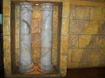 Colonnes doriques avec le mur de briques jaune images stock