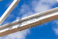 colonnes en métal avec les boulons d'anchrage se reliants photo stock